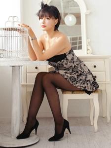 黑絲極品美女性感抹胸短裙秀迷人寫真
