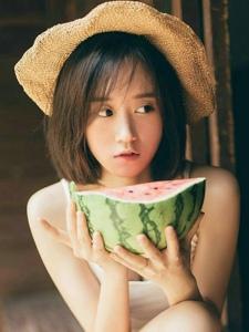 可爱背心女生吃着西瓜卖萌清凉迷人写