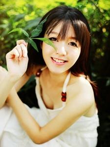 小清新美女丛林里绽放迷人微笑的魅力