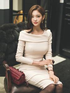 椅子美模粉嫩裙外搭皮草黑丝袜性感诱惑