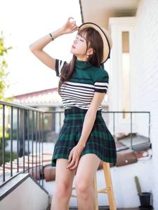 阳台美貌美模许允美超短格子裙戴草帽玩转小清新