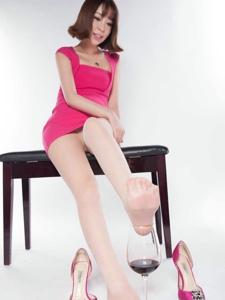 美腿模特Vivky肉丝粉色包臀裙写真