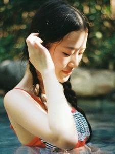 泳池内的可爱泳衣麻花辫姑娘活力写真
