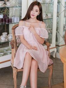 韩国服装模特少女般演绎韩版长裙迷人写真