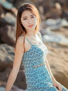 空闊原野中的短裙背心美女養眼嬌艷寫真