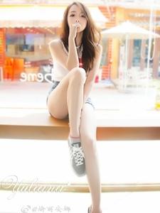 嫩白玉腿牛仔短裤美女阳光靓丽气质逼人