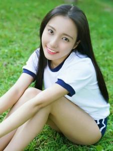 草地上的運動服青春美少女漂亮活力寫真