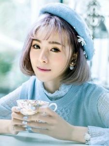 咖啡馆里嫣然一笑的短发美女白皙靓丽温情迷人