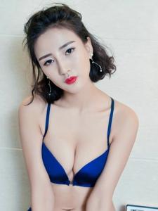 浴室内的比基尼美女美胸丰满诱人无限