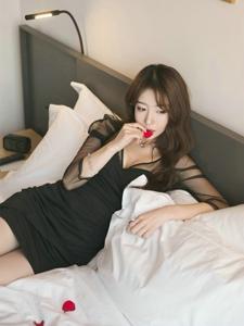 床上花瓣中的性感美女模特深V裙秀乳沟