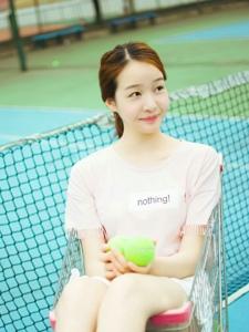 清新粉嫩網球少女坐在購物車內可愛俏皮