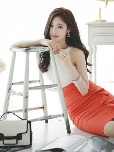 靓丽包臀裙美女模特大秀长腿倚靠凳子