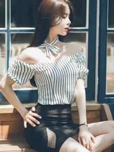 阳光下台阶美模裸肩条纹包臀裙秀完美身材