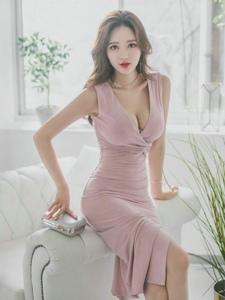 窗帘美模粉嫩裙展露锁骨美胸呼之欲出