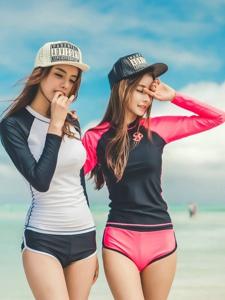 蓝天白云下运动帽姐妹花海滩凹造型