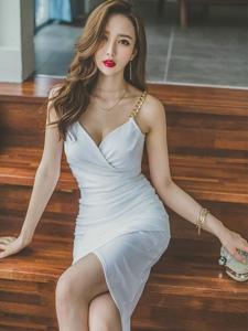 台阶波浪美模吊带裙露乳沟肤白唇红秀美腿