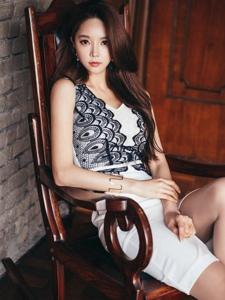 摇椅模特蕾丝裙装眼神冷艳轻熟魅力显优雅