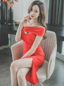 沙发上斜肩开胸裙美模惹火写真秀迷人美乳