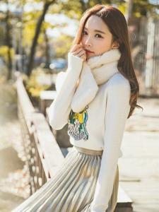 冬日阳光下围脖美模百褶裙露灿笑甜美