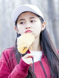 秋天落叶下的氧气棒球帽少女可爱清纯写真