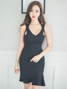 靠墙美模黑裙撩发乳沟显性感
