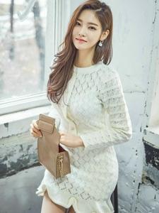 白色蕾丝镂空裙美模秀纤腰显身材