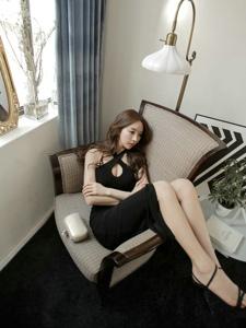沙发蜷缩美女模特开胸露肩裙豪放露半球