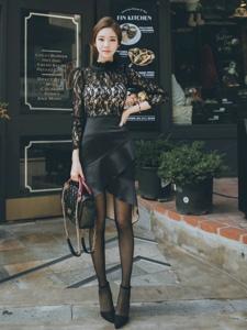 餐馆门口的蕾丝透视装美模身材玲珑笑容迷人