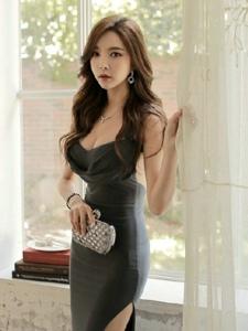 窗台模特吊带长裙身材傲人性感华贵