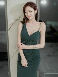 吊带墨绿裙美女模特露美肌胸部长腿纤细白嫩