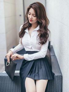 波浪美模白衬衫百褶裙干练利落秀嫩腿