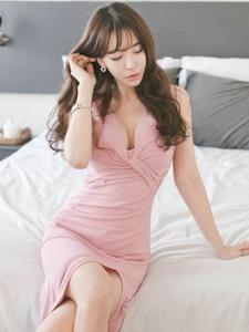 酒店床上粉嫩裙模特美胸长腿身材惹眼