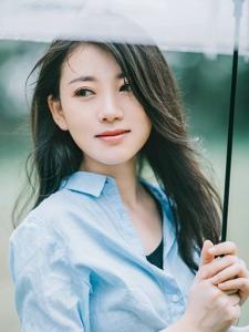 打着雨伞的清纯阳光少女温馨户外甜美写真