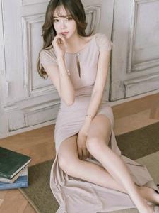 地板空气刘海美模粉嫩开胸长裙迷人美乳
