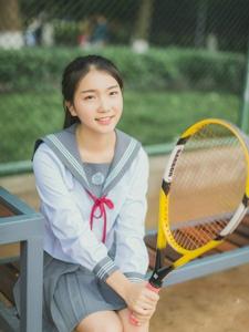 网球场内的网球少女马尾活力实足