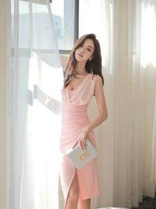 阳光下清晨美模粉嫩裙性感可爱秀酥胸长腿