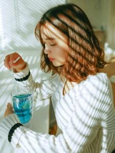 百叶窗边的韩系妹子悠闲下午时光