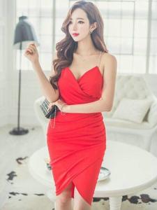 紅唇美模吊帶紅裙秀雪膚嫵媚露肩
