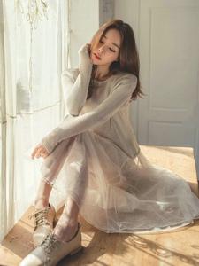 瓜子脸模特纱裙配球鞋坐在桌上晒阳光