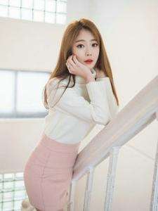 楼梯美女模特高领毛衣粉嫩半身裙温暖有型