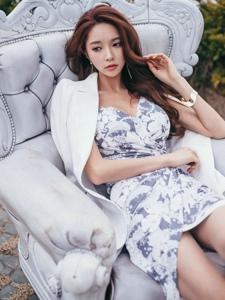 户外成熟美模倚靠沙发素雅碎花裙气质优雅