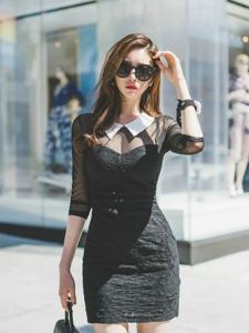 街头行走美模紧身透视裙墨镜扮酷