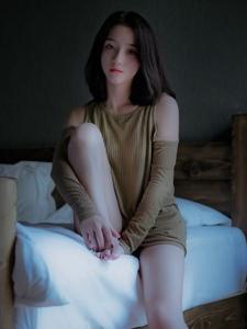 漂亮的大眼美女御姐私房幽静慵懒写真