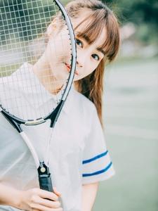 马尾美眉俏皮心爱网球场弄怪逗趣