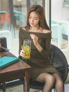 餐馆内裸肩毛衣裙美模雪肤娇嫩品味下午茶