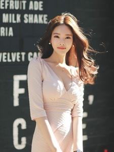 阳光下街头秀发飘逸美模粉嫩裙显简约知性