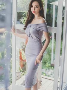 阳台美模裸肩紫罗兰裙气质优雅养眼迷人