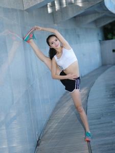 青春活力运动女生一字马大秀性感身材
