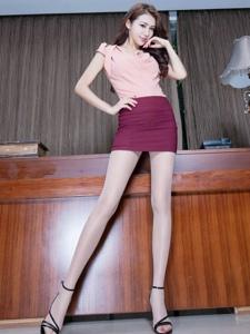 高挑腿模Jennifer包臀裙丝袜美腿性感多姿