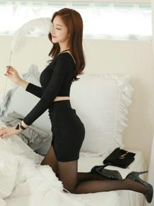 床上羽毛美模露背裙耍性感黑丝袜完美诱惑